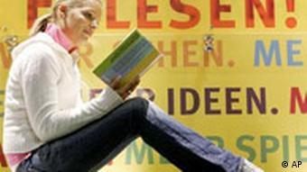 Frankfurter Buchmesse 2005: Frau mit Buch, Plakat Lesen!