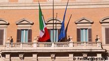 Italien Flagge am Palazzo Montecitorio in Rom