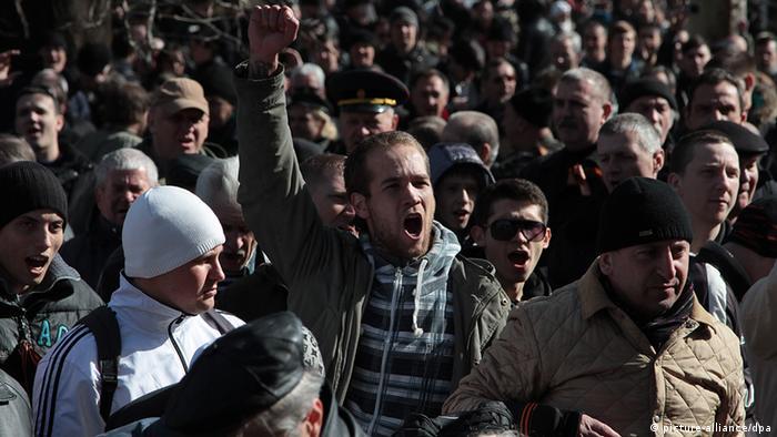 Участники демонстрации в Симферополе