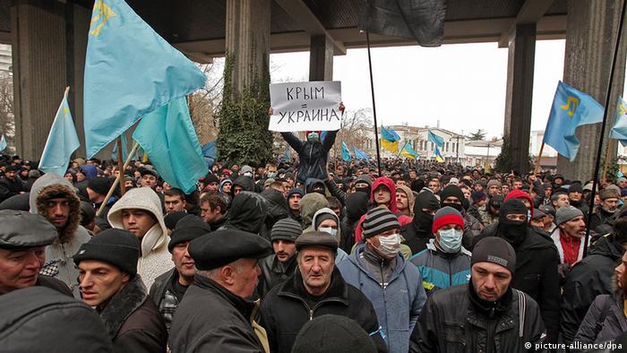 Tausende Tataren demonstrierten in Simferopol gegen eine Abspaltung der Krim von der Ukraine (Foto: EPA/ARTUR SHVARTS)
