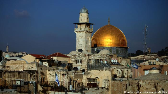 The Dome of the Rock mosque is seen as Israeli workers dig next to the Western wall in Jerusalem's Old City, November 20, 2013