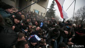 Auseinandersetzung der Krim-Tataren und Krim-Russen in der Nähe des Parlaments in Simferopol (26.2.) (Foto:REUTERS/Baz Ratner)