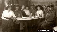 Deutsche Soldaten auf Fronturlaub besuchen mit ihren Frauen 1915 ein Berliner Café.(Foto: Archiv Historische Alltagsfotografie)