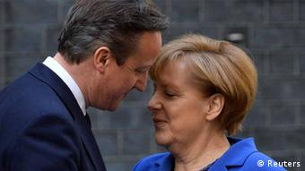Cameron und Merkel Wange an Wange Foto: Reuters