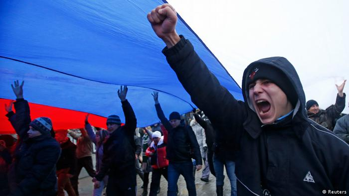 Pro-Russian demonstrators in Crimean Simferopol (Photo: REUTERS / David Mdzinarishvili)