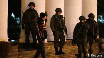 Озброєні чоловіки тепер ходять на вулицях у Сімферополі