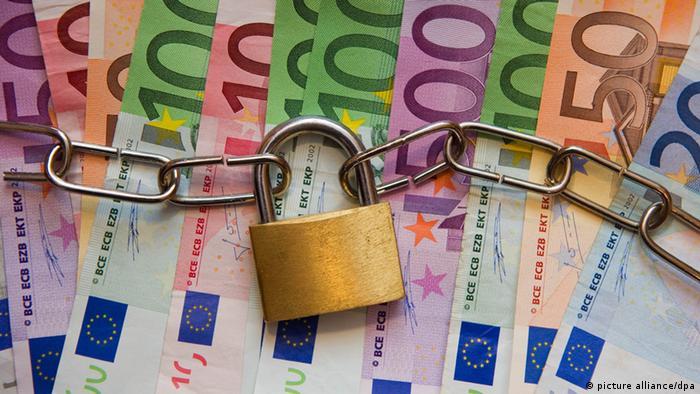 Euro-Banknoten, zusammengehalten von einer Kette mit Schloss (Foto: dpa)