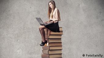 Mädchen auf Bücherstapel (Foto: olly)