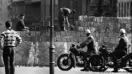 Arbeiter erhöhen die Sektorensperre an der Bernauer Straße in Berlin im August 1961. (Foto: dpa)