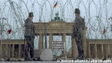 8-1961-8-14-A1-11-B (1090693) Absperrungsmaßnahmen am Brandenburger Tor / Foto 1961 Berlin, Mauerbau. Erste Absperrungsmaßnahmen am Branden- burger Tor durch Stacheldrahtverhau am 14./15. August 1961. Foto; digital koloriert. E: Barriers at the Brandenburg Gate Berlin, Building the Wall. - First barriers at the Brandenburg Gate with barbed wirel on 14-15 August 1961. Photo, digitally coloured.