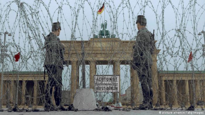 Yıl 1961: Brandenburg Kapısı'nın önünde kenti bölen dikenli teller
