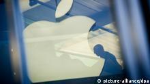 ARCHIV - Das Apple-Logo spiegelt sich am 01.11.2013 in Hamburg in einer Glasfassade. In getrennten Patentverfahren gegen die Handy-Hersteller Apple und HTC werden am Freitag (09.00 Uhr) die Urteile des Landgerichts Mannheim erwartet. Der Patentverwerter IPCom verlangt von Apple 1,57 Milliarden Euro als Schadenersatz. Foto: Maja Hitij/dpa (zu dpa:Urteile in Patentprozessen gegen Apple und HTC erwartet vom 27.02.2014) +++(c) dpa - Bildfunk+++