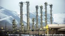 ARCHIV - Iranische Geistliche schauen am 28.06.2011 in einer unbekannten Region des Iran auf die erste vom Iran modifizierte Kurzstreckenrakete Shahab-1. Am 18.02.2014 beginnen in Wien (Österreich) Atomgespräche der UN-Vetomächte und Deutschlands mit dem Iran. Foto: STRNGER/EPA (zu dpa vom 18.02.2014) +++(c) dpa - Bildfunk+++