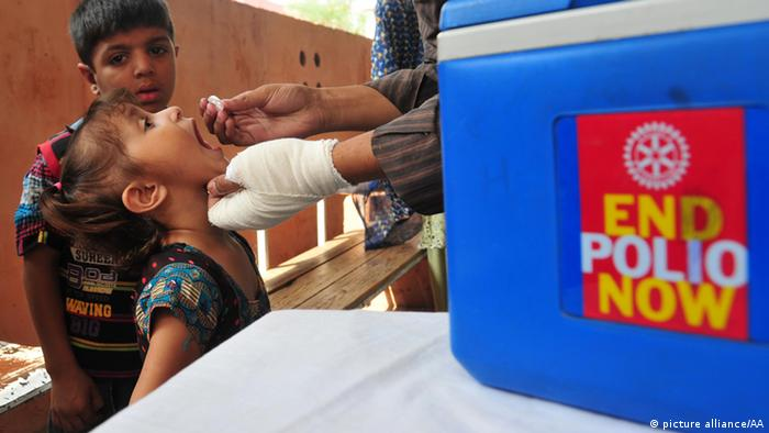 A Pakistani health officer gives polio vaccine drops to a child during a polio vaccination campaign on October 03, 2013 in Rawalpindi, Pakistan (Photo: Muhammad Reza / Anadolu Agency Keine Weitergabe an Drittverwerter)