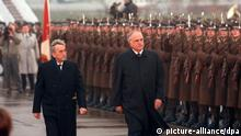Bundeskanzler Helmut Kohl (r) und der polnische Ministerpräsident Tadeusz Mazowiecki (l) schreiten am 9. November 1989 in Warschau eine Ehrenformation der polnischen Streitkräfte ab. Als erster christdemokratischer Bundeskanzler besuchte Helmut Kohl vom 8. bis 14. November 1989 Polen.