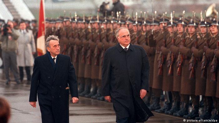 هلموت کهل (راست) و نخستوزیر وقت لهستان در نهم نوامبر ۱۹۸۹ در ورشو
