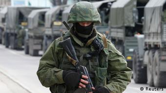 A Russian soldier in front of a line of Russian army vehicles in Crimea, 1. März 2014