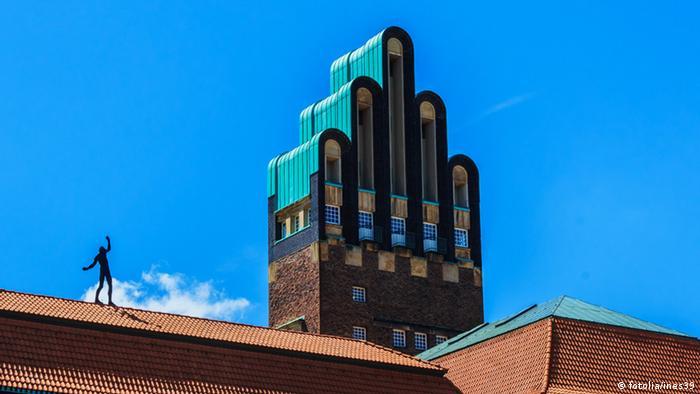Статуя Равновесие на крыше здания Колонии художников в Дармштадте