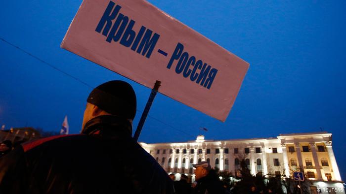 Пророссийский активист в Симферополе. Надпись на плакате: Крым - Россия