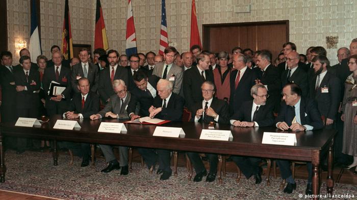 James Baker (EUA), Douglas Hurd (Reino Unido), Eduard Schevardnadze (URSS), Roland Dumas (França), Lothar de Maizière (Alemanha Oriental) e Hans-Dietrich Genscher (Alemanha Ocidental) no dia 12 de setembro de 1990