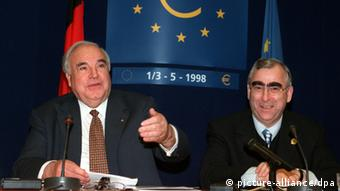 O Tέο Βάιγκελ με τον Χέλμουτ Κολ σε συνέντευξη τύπου για την εισαγωγή του ευρώ στις Βρυξέλλες το 1998