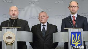 Der ukrainische Übergangspräsident Alexander Turtschinow (links), Regierungschef Arseni Jazenjuk (rechts) und Verteidigungsminister Igor Tenjuk (Foto: Reuters)