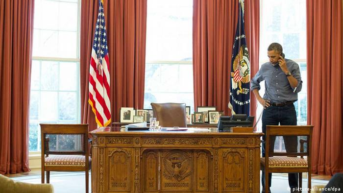Obama on the telephone in the Oval Office (picture-alliance/dpa)