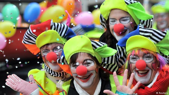 Als Clowns verkleidete Karnevalisten mit roten Pappnasen