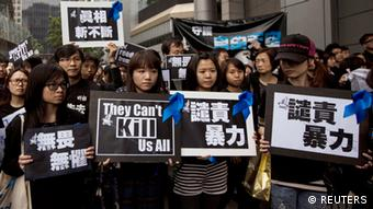 Staff members of Ming Pao newspaper take part in the march against violence on journalists in Hong Kong March 2, 2014 (Photo: REUTERS/Tyrone Siu)