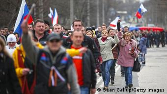 Demonstrators with Russian flags walk through the street (Foto: Sean Gallup/Getty Images)