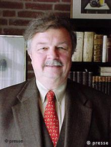 Hans Peter Schneider Porträtfoto Deutsches Institut für Föderalismusforschung e.V. Geschäftsführender Direktor: Prof. Dr. Dr. h.c. Hans-Peter Schneider