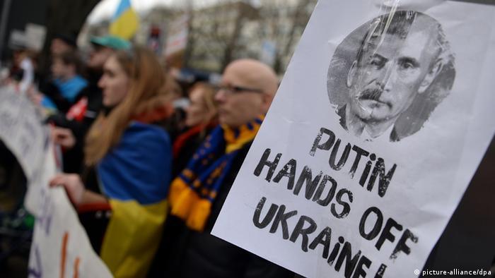 Demonstranti u Berlinu su 2.3.2014. protestovali pred ambasadom Rusije protiv ruske intervencije