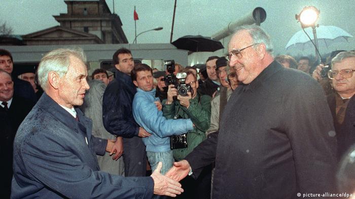 Modrow (l.) und Bundeskanzler Kohl im Dezember 1989 bei der Öffnung des Brandenburger Tors in Berlin