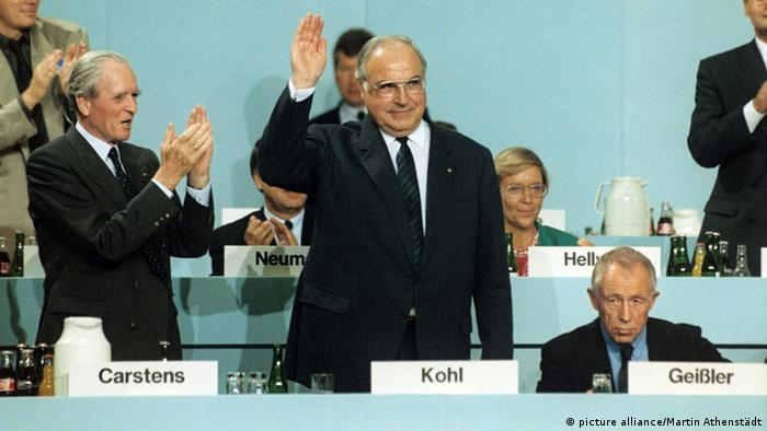 Helmut Kohl waving to CDU conference in 1989 (picture alliance/Martin Athenstädt)