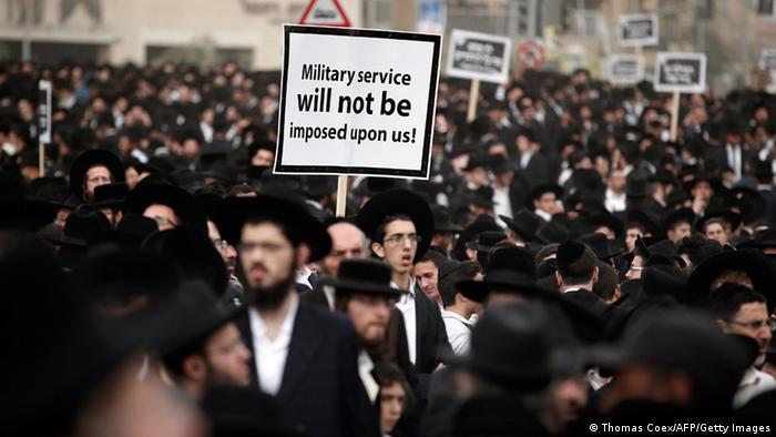 Ultra-Ortodoks Yahudiler 2014'te askerlikten muafiyetin kaldırılması planlarına karşı gösteride.