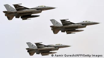 Pakistani fighters F-16 fly on November 4, 2013 during in the Azm-e-Nau-4' (New Resolve) military exercise in Khairpure Tamay Wali in Bahawalpur distirict.