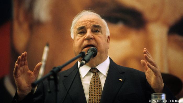 کهل (Helmut Kohl) که از سال ۱۹۸۲ در رأس ائتلاف حزب دمکرات مسیحی و حزب دمکراتهای آزاد صدراعظمی آلمان را به عهده گرفت، ۱۶ سال در این مقام ماند. سالهای زمامداری او به سالهای کمتحرکی در زمینه اصلاحات معروف شدهاند. با این همه نقش او در وحدت دو آلمان پس از فروپاشی دیوار برلین، تاریخی و قابل اعتنا تلقی میشود. در زمینه وحدت اروپا و گسترش و تعمیق روندها در اتحادیه اروپا نیز کهل نقشی مهم داشت.
