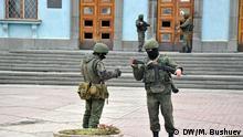 Unbekannte bewaffnete Menschen vor dem Gebäude des regionalen Ministerrats Ort: Simferopol, Krim Datum: 2. März 2014 Rechte: DW-Redakteur Mikhail Bushuev Tags: Krim, Russland, Ukraine, Maidan, Abspaltung, Intervention, Protest, Invasion