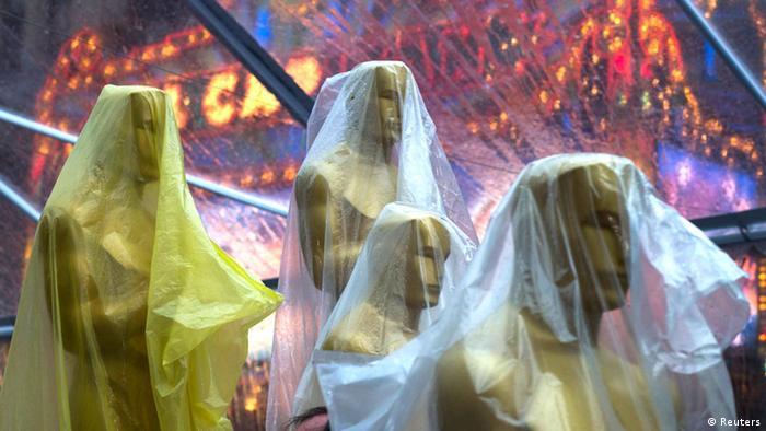Estátuas do Oscar cobertas por plástico