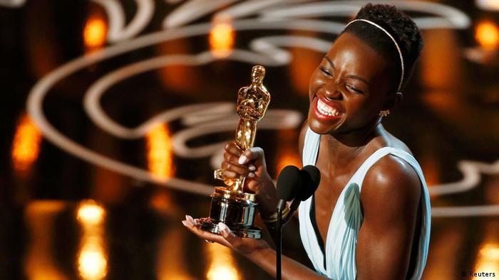 Lupita Nyong'o kutoka Kenya akiifurahia Tuzo yake.
