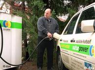 Cargando el depósito de su taxi con aceite de colza