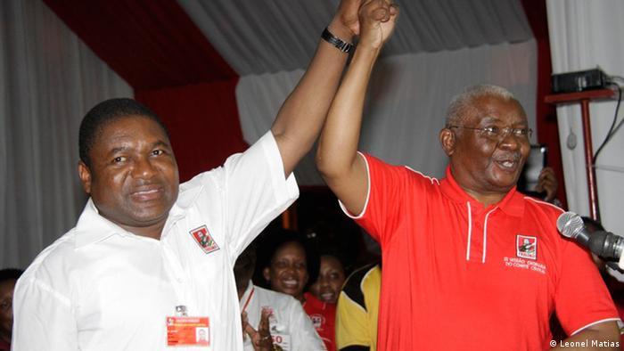 Filipe Nyussi (esq.) e Armando Guebuza a celebrar a escolha do primeiro como candidato às presidenciais de 2014
