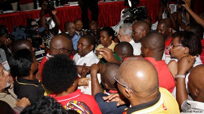 Nyussi wird von der FRELIMO kongratuliert
