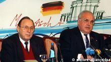 Bundeskanzler Helmut Kohl (r) und Bundesaußenminister Hans-Dietrich Genscher am 11. Dezember 1991 während des EU-Gipfels im niederländischen Maastricht. Die zwölf Staats- und Regierungschefs der EU-Mitgliedsländer haben die Bildung einer europäischen Union mit eigener Währung und Außenpolitik beschlossen.