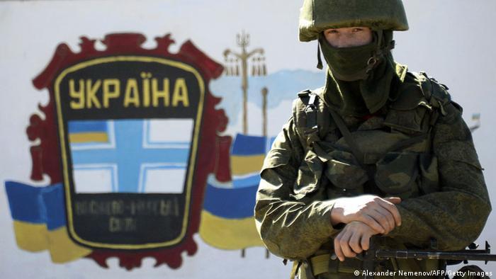 Зелений чоловічок на тлі української бази у Перевальному. Березень 2014-го