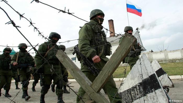 Експерти: Нова воєнна доктрина відображає реальну політику Москви, яку та реалізовує вже не перший рік (на архівному фото - зелені чоловічки у Криму)