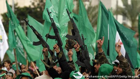 Homens armados e bandeiras do Hamas