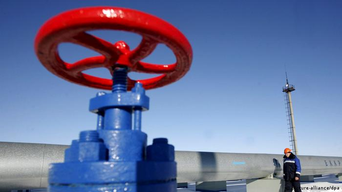 A blue pipe with a red valve release Photo: Maxim Shipenkov dpa/lnw