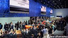 Hallenübersicht beim Volkswagen Konzernabend am 03.03.2014 in der Halle Espace Secheron in Genf. Dieser findet am Vorabend des ersten Pressetages vom Genfer Autosalon statt. Foto: Uli Deck/dpa