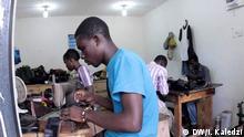 Ghana - Arbeiter in der Schuhfabrik von Tonyi Senyaya